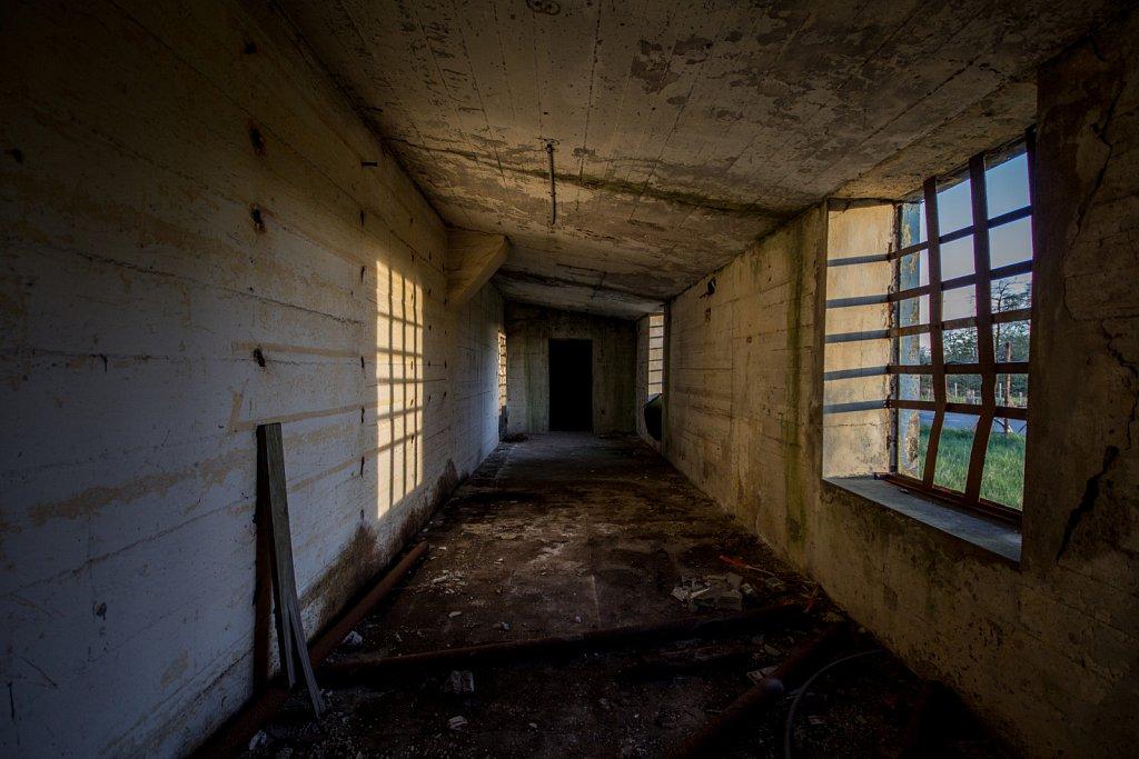 Fenster mit Stahlgittern